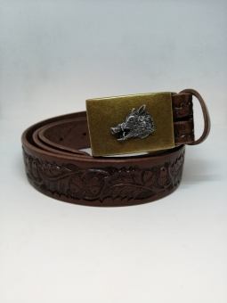 Kožený opasek zdobený s kovovou přezkou s divočákem