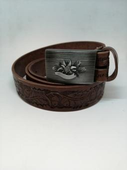 Kožený opasek zdobený s kovovou přezkou s mysliveckým motivem
